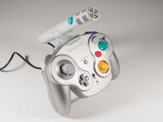 Door deze <a href = https://www.mariocube.nl/GameCube_Winkel.php?genre=Hardware_en_Accessoires target = _blank>microfoon</a> vast te maken aan de controller is hij makkelijker te gebruiken.