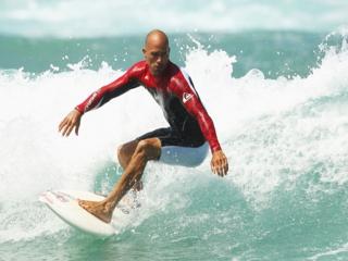 Speel als Kelly Slater en andere top surfers.