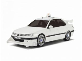 Race met de witte Peugeot 406 Taxi uit de Taxi films.
