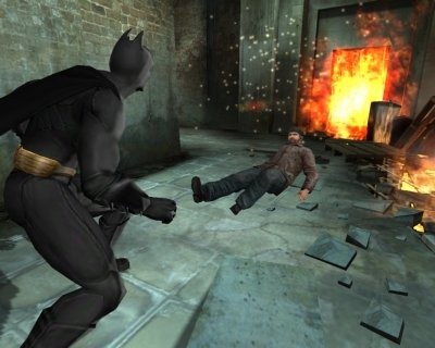 Je speelt als Bruce Wayne en zijn alter ego Batman, die met kracht, intelligentie en hightech gadgets jacht maakt op klassieke schurken.