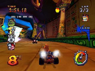 De race wereld is geheel in stijl van de eerste Crash Bandicoot spellen op de Playstation.