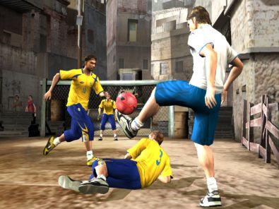 De meeste mooie bewegingen ontstaan uit hoge ballen. Door op X te drukken speel je hoog over, met de gele stick omhoog speel je de bal over je tegenstander heen. Wohw!